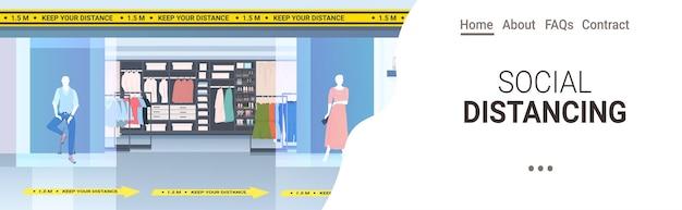 社会的な距離を置く黄色いステッカーの兆候がある現代のファッションブティックコロナウイルスのエピデミック保護対策水平コピースペース