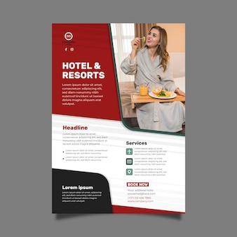 写真付きのモダンなホテルのチラシテンプレート