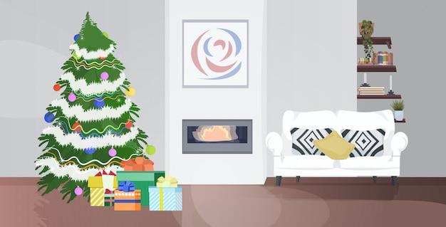 Современная гостиная с камином и украшенной елкой на рождество