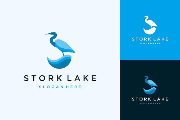 물이 있는 왜가리의 현대적인 로고 디자인