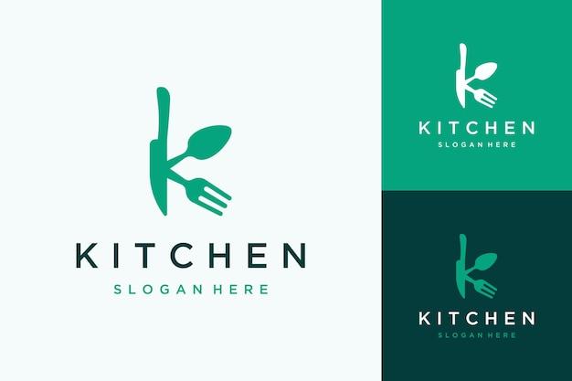 나이프 스푼과 포크가 있는 레스토랑, 주방 또는 모노그램 또는 이니셜 k를 위한 현대적인 로고