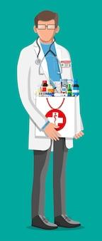 약국 가방을 든 현대 남성 약사. 약 캡슐은 비타민과 정제를 병에 넣습니다. 약이 있는 약국. 의료 약물, 건강 관리입니다. 평면 벡터 일러스트 레이 션