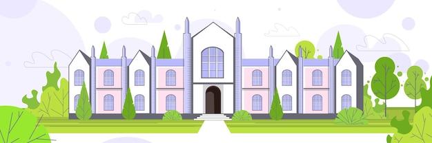 現代の国立大学または大学の建物の外観緑の草や木々が水平にある空の前庭