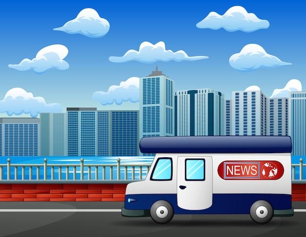 Современный новостной грузовик на городской дороге, мобильная широковещательная машина