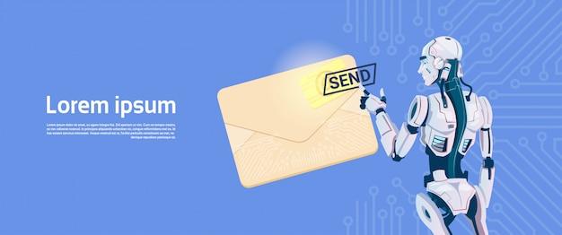 Современный робот удерживает конверт, отправляющий электронное сообщение, футуристическая технология искусственного интеллекта