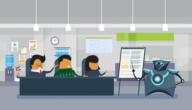 Modern robot holding презентация или финансовый отчет в офисе, группа азиатских бизнесменов, сидящих