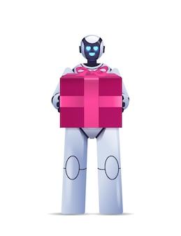Современный робот держит упакованную подарочную коробку