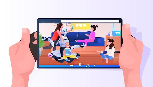 Современная робот-няня, проводящая время с детьми на экране смартфона, концепция технологии искусственного интеллекта