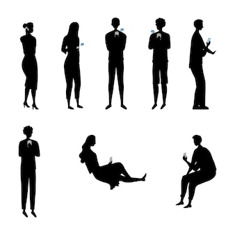 Концепция современного общества. набор силуэтов людей, мужчин и женщин с гаджетами и использования смартфонов, планшетов для развлечений и поиска информации в интернете.