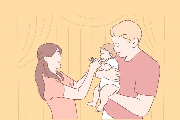 엄마와 아빠가 웃는 아기를 들고입니다.