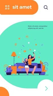 ママと娘のレジャーの概念。自宅のソファに座って、ビデオ通話にスマートフォンを使用したり、自分撮りをしたりする10代の少女と母親