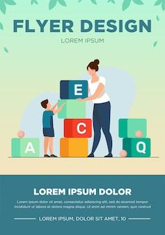 엄마와 편지를 공부하는 작은 아들. 여자와 아이 장난감 블록 평면 벡터 일러스트 레이 션을 재생합니다. 유치원 교육, 배너, 웹 사이트 디자인 또는 방문 웹 페이지에 대한 개념 학습