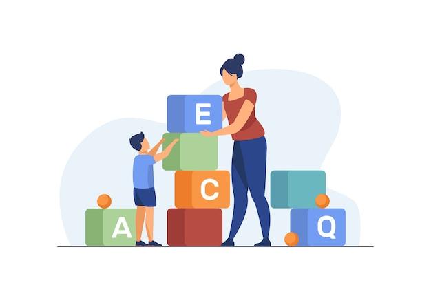 手紙を勉強しているお母さんと幼い息子。おもちゃを遊んでいる女性と子供はフラットベクトルイラストをブロックします。就学前教育、学習コンセプト
