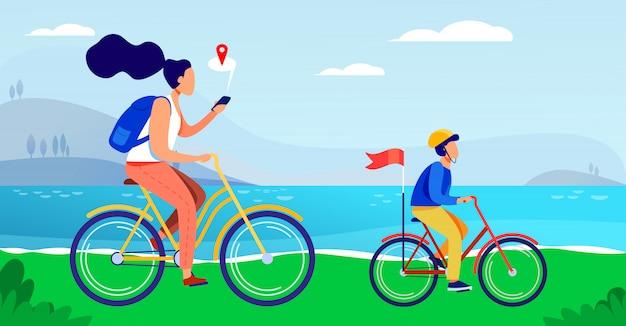 Мама и сын катаются на велосипедах по берегу моря