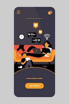 모바일 앱의 소셜 미디어 채팅에 기기가있는 엄마와 아들