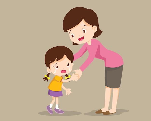 ママは娘を抱いて、彼女と話します