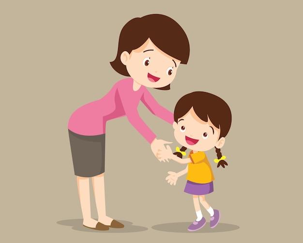 Мама обнимает своего ребенка девочку и разговаривает с ней. мать обнимает маленькую дочь и выражает любовь и заботу. мама и ребенок.