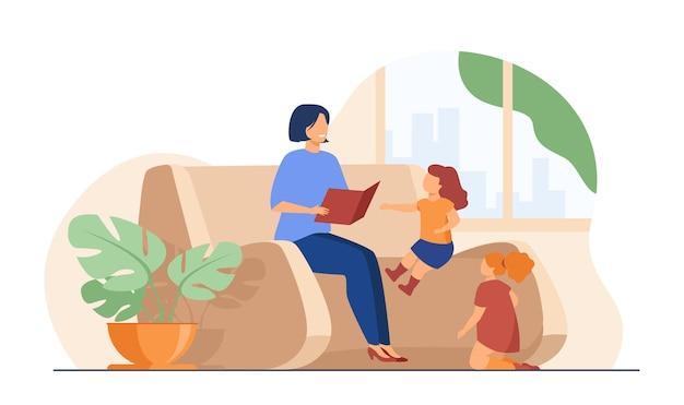 家で子供たちに本を読んでいるお母さん。おとぎ話を小さな子供たちに話すお母さん。