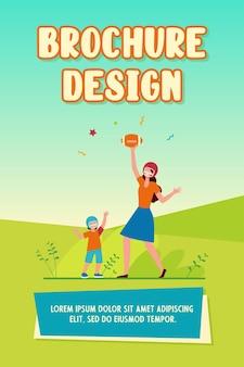Mamma e figlio che giocano a calcio. madre e bambino in caschi che lanciano e prendono la palla piatta illustrazione vettoriale