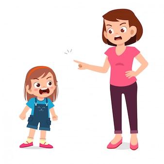 엄마는 화난 꼬마 소녀와 이야기하려고합니다.