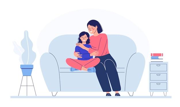 아이를 안고 있는 엄마는 소파에 앉아 사랑을 보여주고 아이를 안아줍니다. 가족 관계.