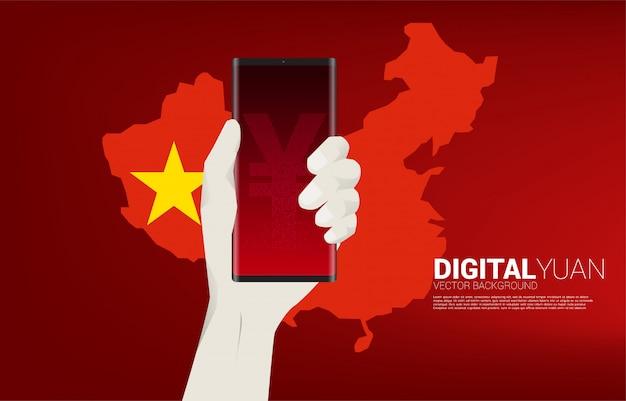 中国の地図を手に携帯電話でお金元通貨。デジタル元の金融と銀行のコンセプト。