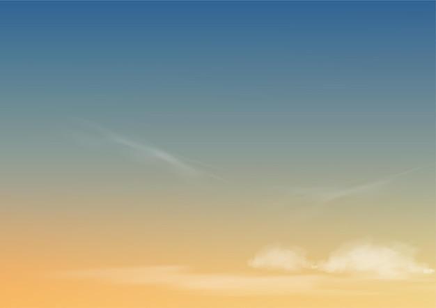 Утреннее небо с облаками, горизонтальный пейзаж неба синего и желтого цвета.