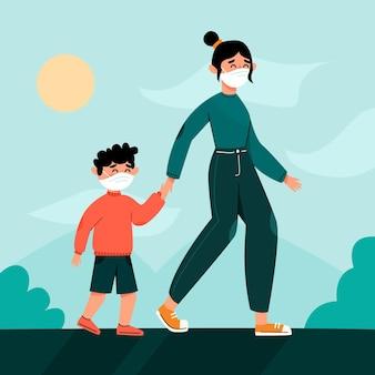 Мать и мальчик в масках на открытом воздухе