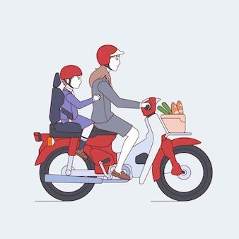 Мать и ребенок идут в школу на мотоцикле