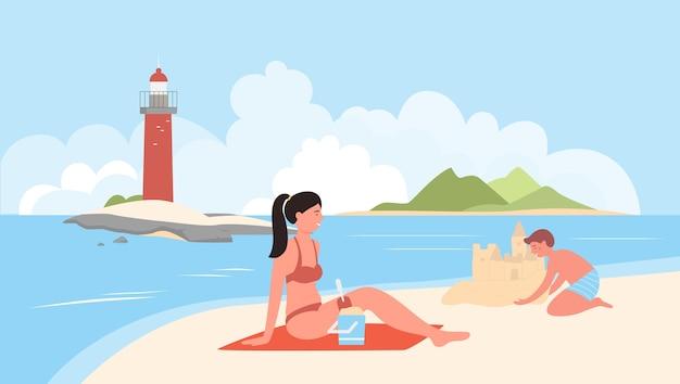 바다 해변에서 함께 시간을 보내는 어머니와 아들 가족 여름 휴가