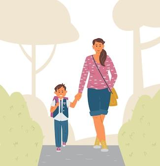 Мать и сын идут в школу, мальчик начальной школы в форме с рюкзаком, держащий руку матери
