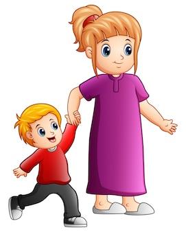 母と息子が一緒に手をつないでいる