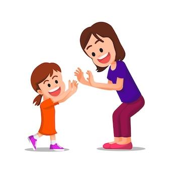 Мать делает двойной дай пять со своей симпатичной дочерью
