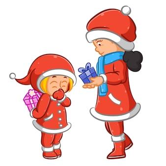크리스마스 날 딸에게 선물을주는 어머니