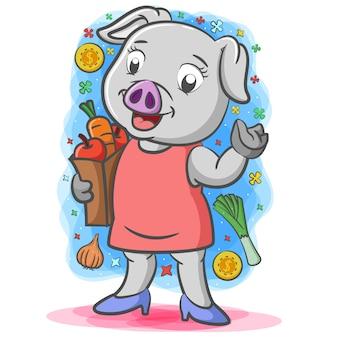 Мать серая свинья держит ведро с овощами