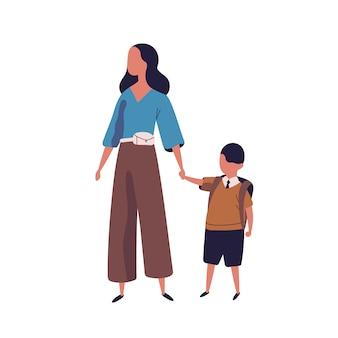 그녀의 아들을 학교로 이끄는 어머니. 함께 걷는 현대 가족의 초상화입니다.