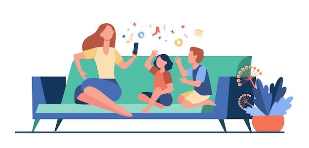 아이들과 함께 소파에 앉아 스마트 폰을 사용하는 어머니. 소파, 온라인, 레저 평면 벡터 일러스트 레이 션. 가족 및 디지털 기술 개념