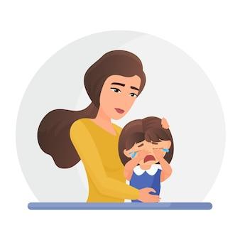 Мать поддерживает плачущую маленькую дочь