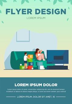 テレビを見ている母親と彼女の近くで遊んでいる息子。楽しい、ゲーム、レジャーフラットベクトルイラスト。バナー、ウェブサイトのデザインまたはランディングウェブページの家族とエンターテイメントのコンセプト