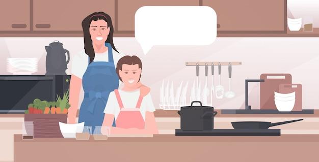 딸 가족 음식 시간을 함께 보내는 개념 현대 부엌 인테리어와 어머니
