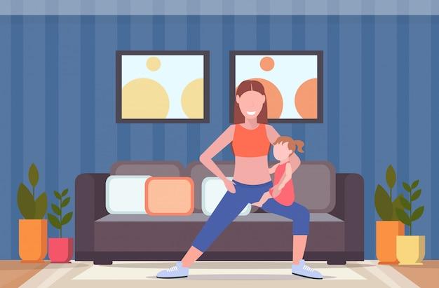 自宅でスポーツウーマンがスクワット運動をしている子供を持つ母