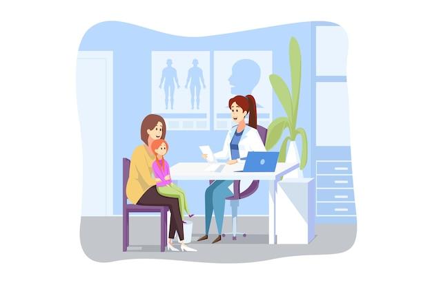 母性、子供時代、検査、医学の概念。子供の子供娘の漫画のキャラクターを持つ若い女性の母親は、病院の医師の小児科医のキャビネットに座っています。ヘルスケアと医療の予約。