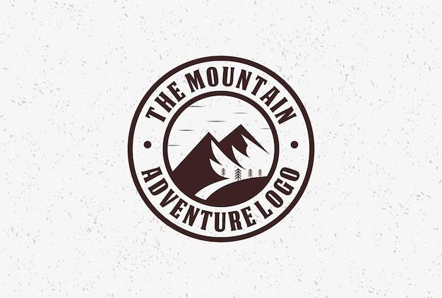 Вдохновение для дизайна логотипа значка горного приключения.