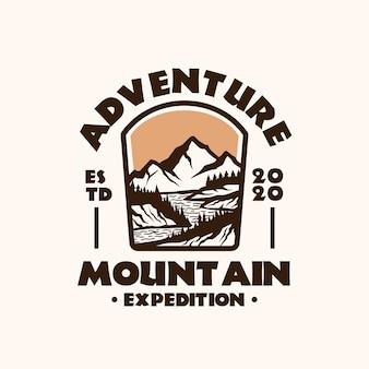 山の冒険のエンブレムのロゴのテンプレート