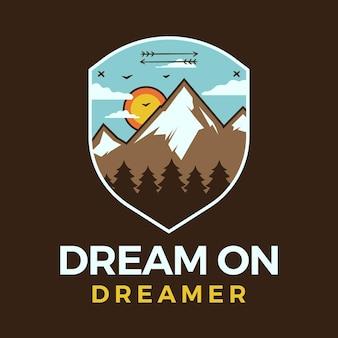 Логотип горных приключений, ретро-дизайн эмблемы кемпинга с горами, деревья цитатой - вектор