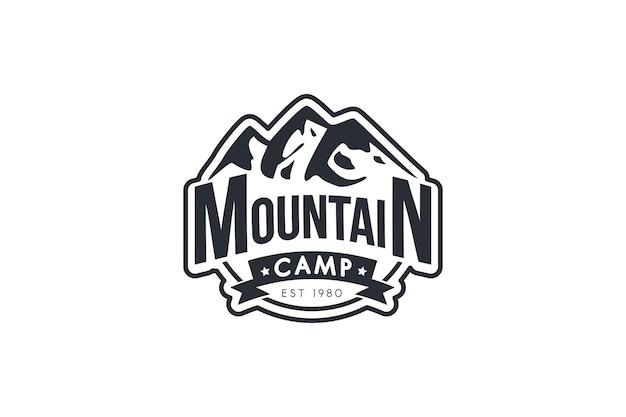 マウンテンキャンプベクトルモノクロロゴテンプレート。登山、観光、スキーリゾートのレトロなバッジ