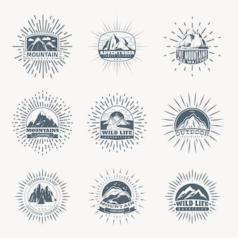 Горные эмблемы. горы набор монохромных старинных значков, альпинистский лагерь и приключенческий туризм, походы и треккинговые экспедиции ретро этикетки ретро векторный логотип изолированной коллекции силуэтов