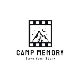 모험 야외 자연 사진 작가 로고 디자인을 위한 클래식 필름 롤이 있는 산 풍경 및 캠프