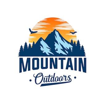 冒険と屋外のロゴデザインテンプレートの山のロゴ
