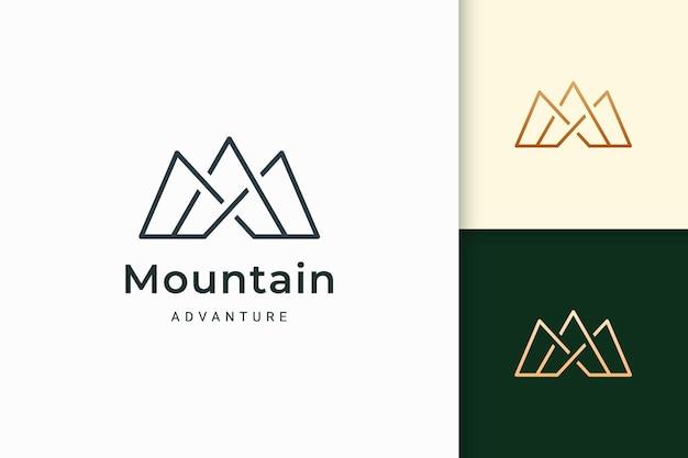 Горный логотип для пеших прогулок или скалолазания представляет собой приключение или выживание